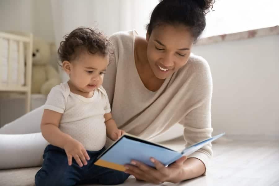 Contar histórias é uma das dicas para estimular a fala do bebê