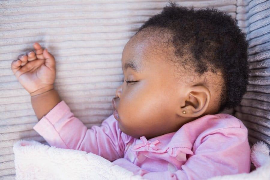Veja como escolher um brinco para furar a orelha do bebê