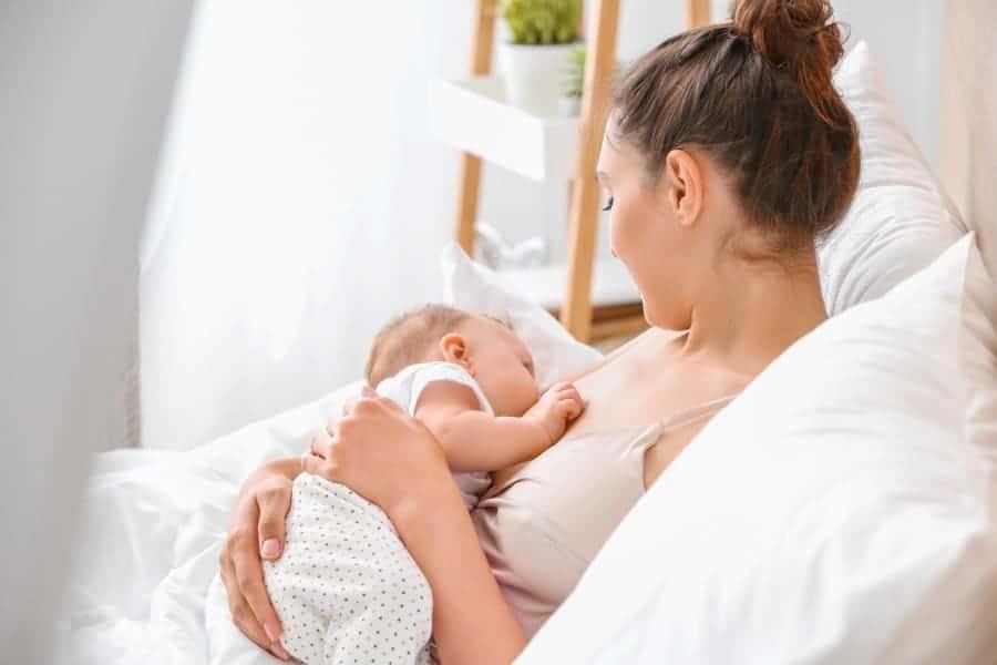 Para o bebê ficar fresquinho, redobre os cuidados com a hidratação