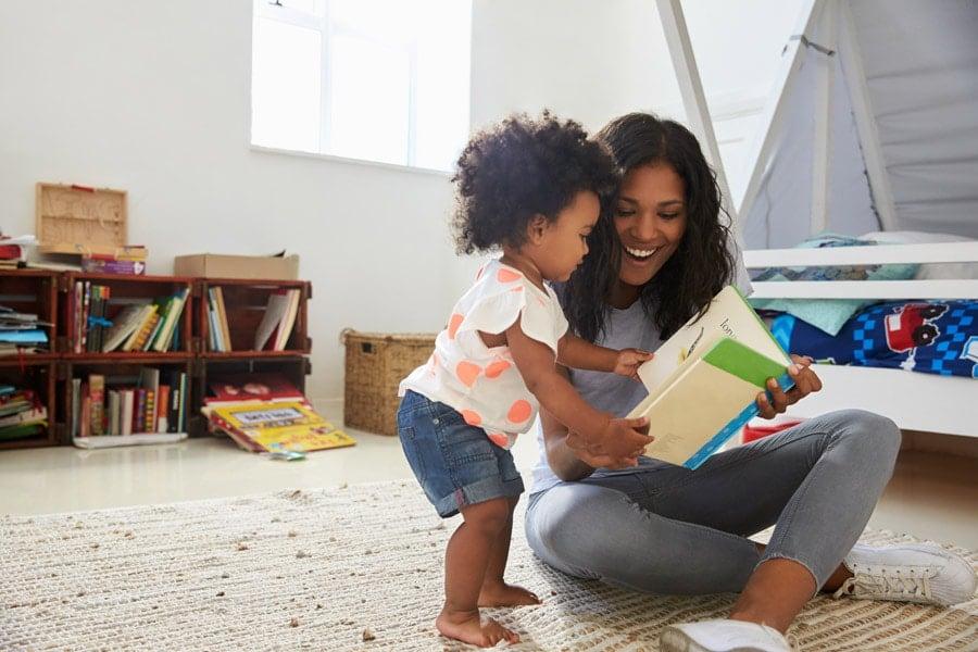 Uma dica para estimular o bebê falar é a leitura de livros