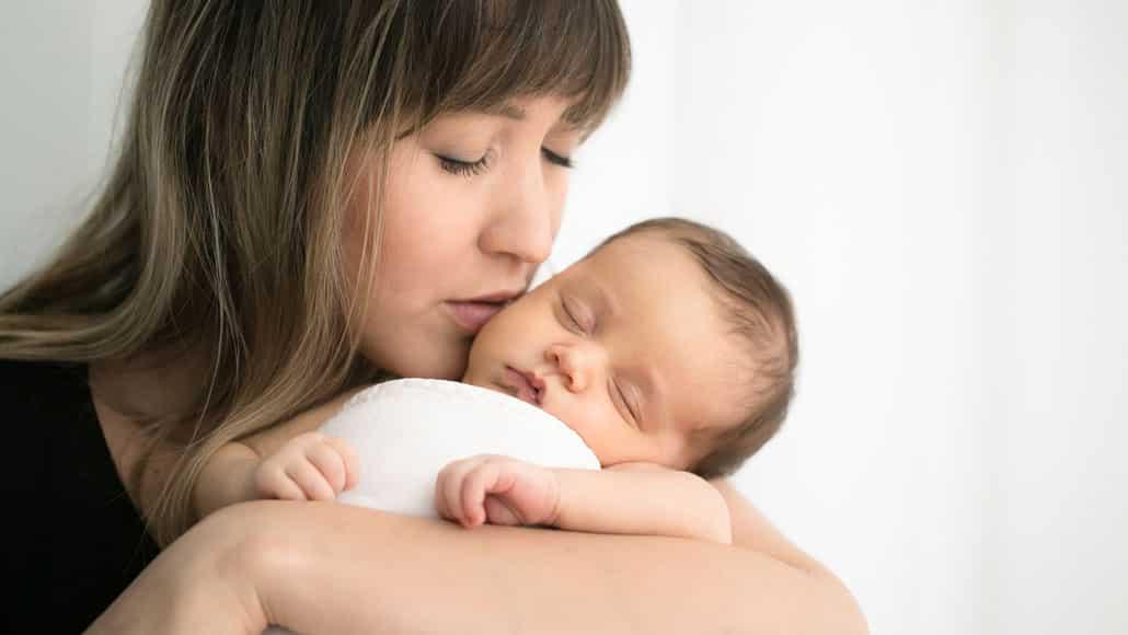 Beijinho bom da mamãe no bebê