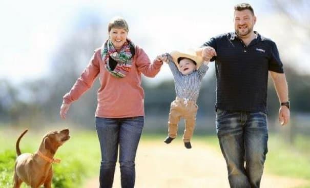 O menino Axle com seus pais, Sarah e Rob.