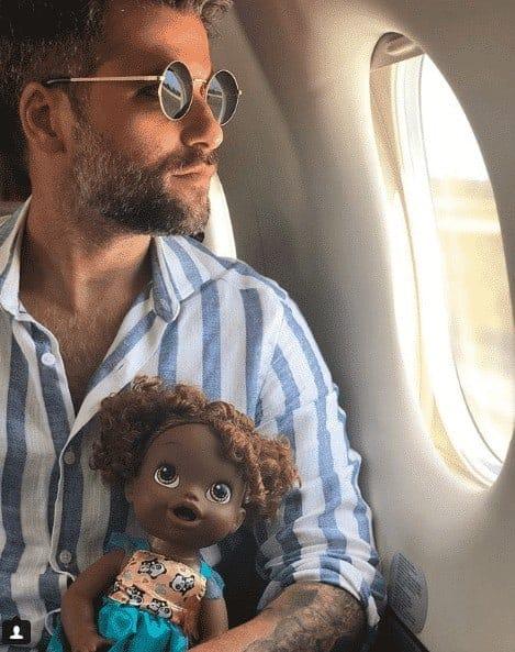 Bruno Gagliasso com a boneca Joaquina