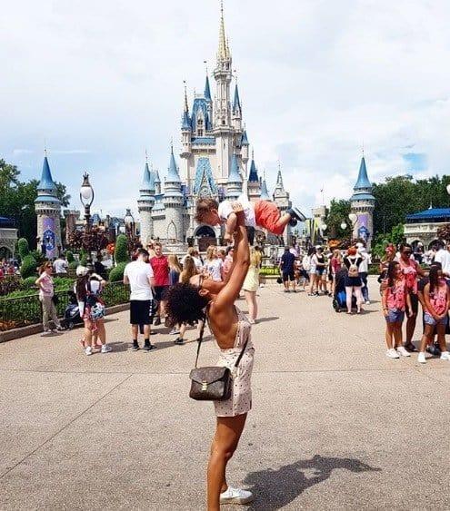 A atriz Sheron Menezes e menino Benjamin na Disney