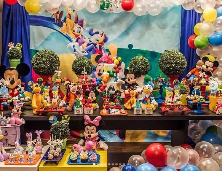 Os ex-BBBs Adriana Sant´Anna e Rodrigão fizeram a festa dos filhos na Disney