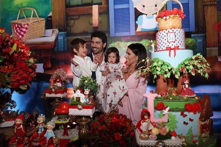 Os ex-bbbs Adriana Sant´Anna e Rodrigo juntos com seus filhos