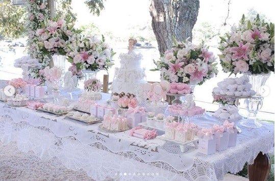 Uma bela mesa preparada para o batizado da pequena Linda