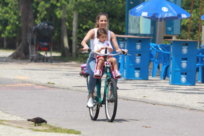 Deborah Secco e Maria Flor de bike