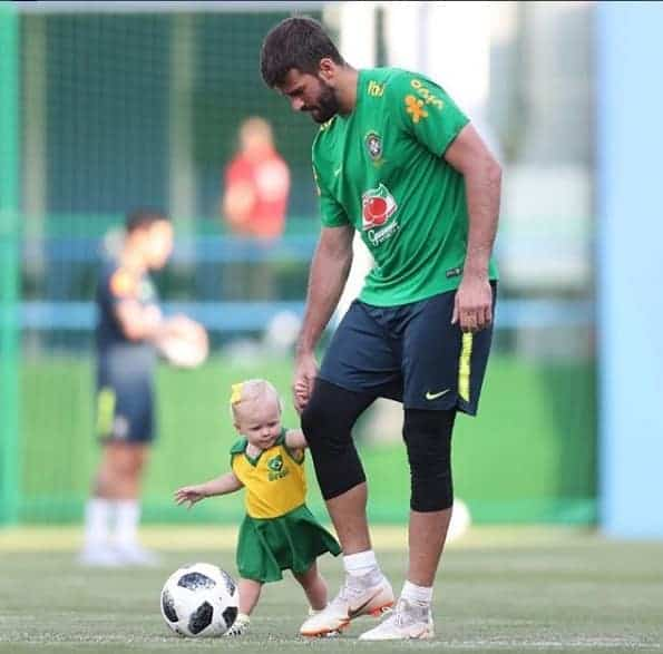 A pequena Helena com o papai Alisson no treino da Seleção Brasileira