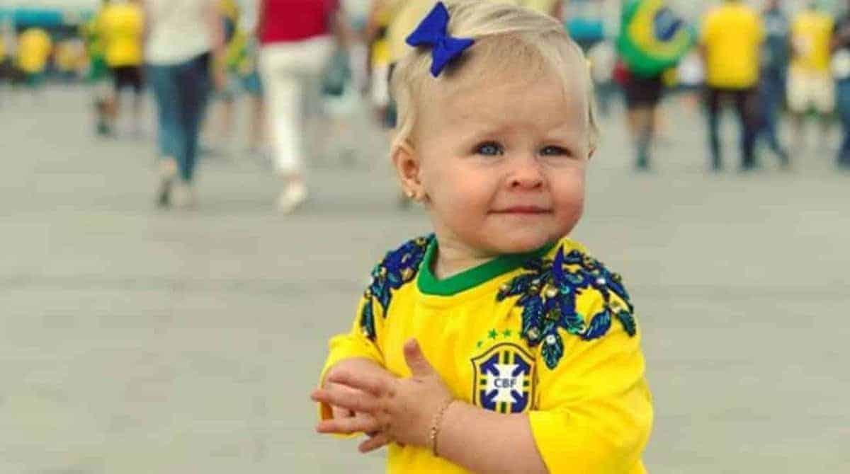A pequena Helena torcendo pelo pai o goleiro da Seleção Brasileira Alisson