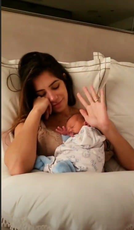 DJ Alok mostrando o rosto de seu bebê