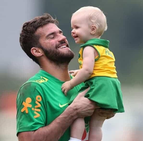 O goleiro Alisson com a sua filha Helena durante os treinos da seleção brasileira