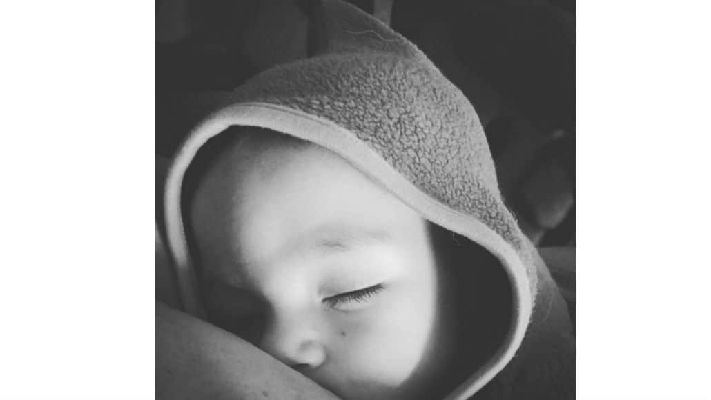 Dormindo enquanto mama