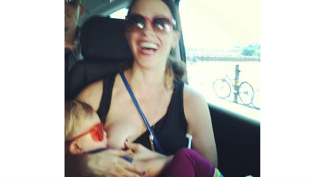 Amamentando no carro