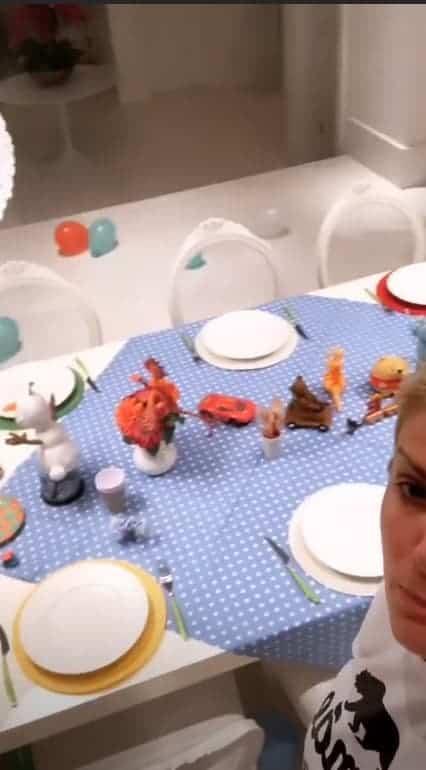 A mesa foi decorada com muitos brinquedos