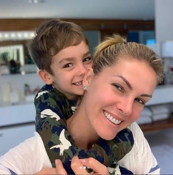 Ana Hickmann com seu filho Alexandre