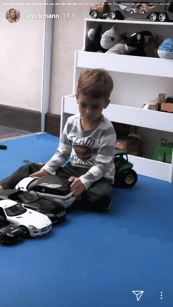 O filho de Ana Hickmann brincando no quarto