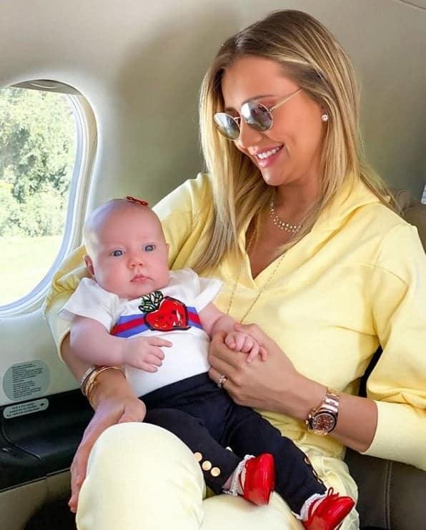 Ana Paula Siebert com sua filha no avião particular