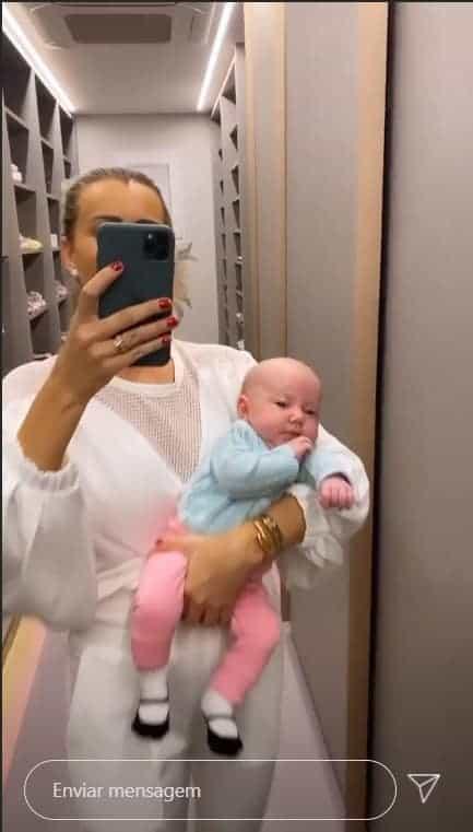 Ana Paula Siebert com a filha no closet da bebê