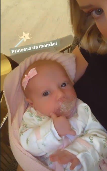 A fofa bebê Vicky após sua consulta no pediatra