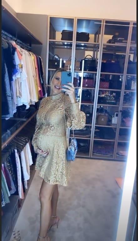 Esposa de Roberto Justus mostrando a barriga de grávida no closet
