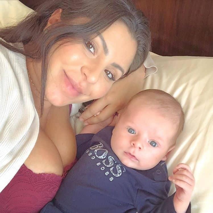 Andressa Ferreira ao lado do pequeno Bento