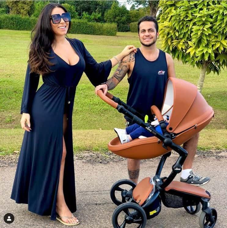 Andressa Ferreira e Thammy com o filho no carrinho de luxo