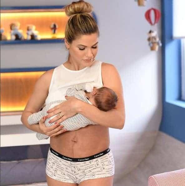 A mamãe Andressa Suita compartilhou essa bela foto com seu filho no colo