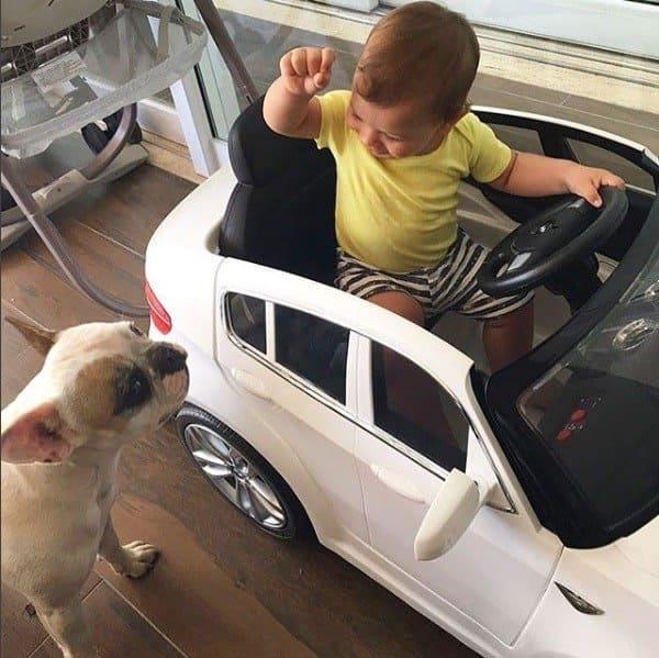 Gabriel, filho de Andressa Suita e Gusttavo Lima com seu carro de brinquedo
