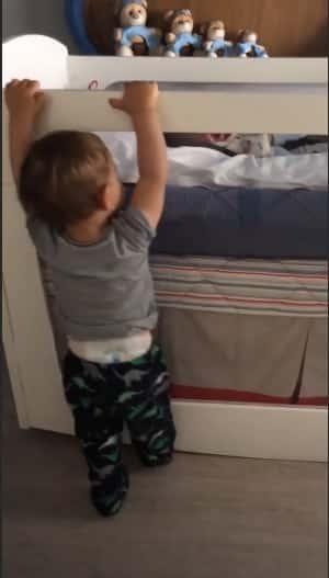Gabriel tentando ajudar o irmãozinho Samuel a ficar mais calmo