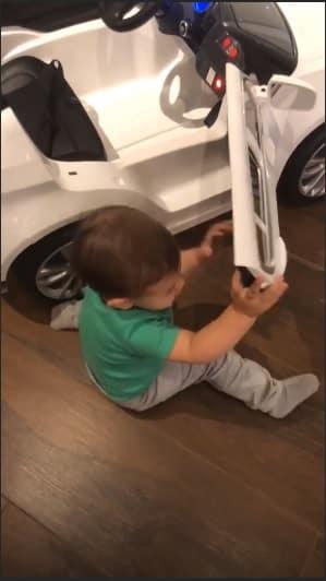 """O """"mecânico"""" Gabriel, filho da modelo Andressa Suita """"consertando"""" seu carrinho"""