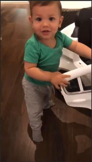 """Andressa Suita compartilhou essa foto de seu filho Gabriel """"consertando"""" seu carrinho"""