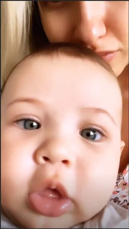 Samuel tirou uma selfie no colo da mamãe Andressa Suita