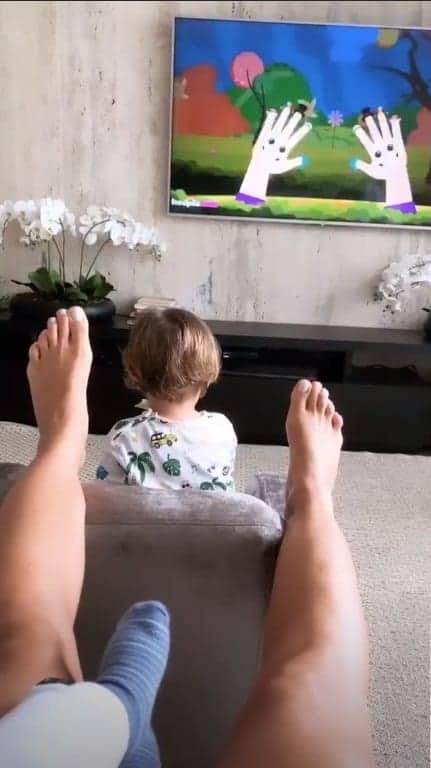 O filho mais velho de Andressa Suita, Gabriel, assistindo TV