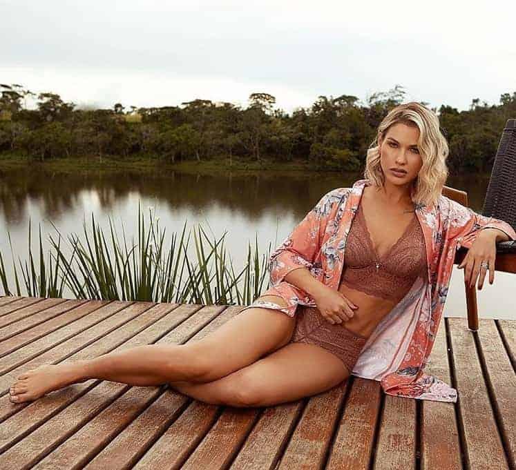 Andressa Suita divulga foto de lingerie
