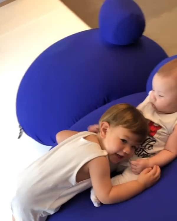 Filhos de Andressa Suita e do cantor Gusttavo Lima brincando
