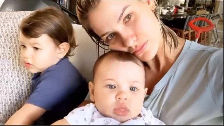A mamãe Andressa Suita com os filhos Gabriel e Samuel após o carnaval