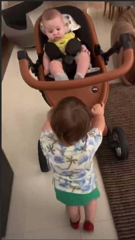 A mamãe Andressa Suita compartilhou uma imagem onde o menino Gabriel apare cuidando de seu irmão Samuel