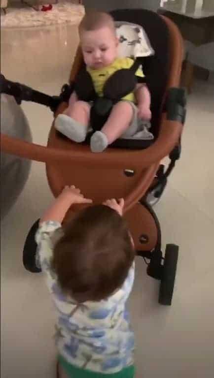 O bebê Samuel sendo cuidado por seu irmão Gabriel
