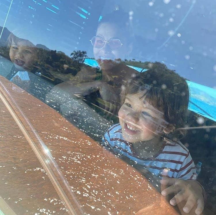 Andressa Suita no iate com os dois filhos, Samuel e Gabriel