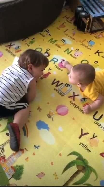 A mamãe e modelo Andressa Suita compartilhou imagem de Gabriel e Samuel sob os cuidados de sua mãe