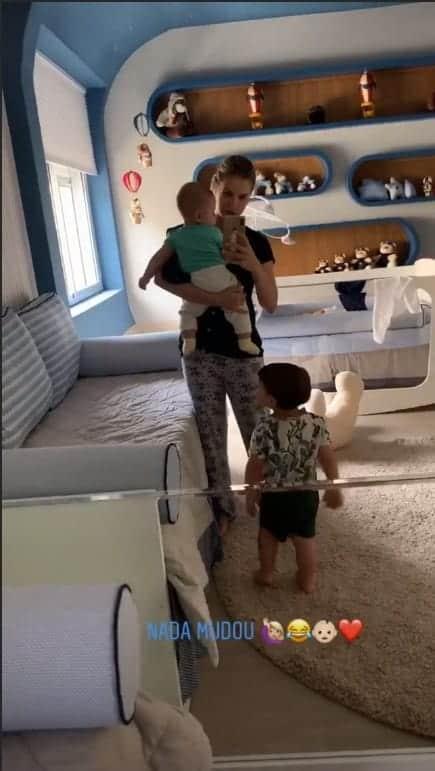 Com o bebê Samuel no colo a modelo Andressa Suita publicou essa imagem