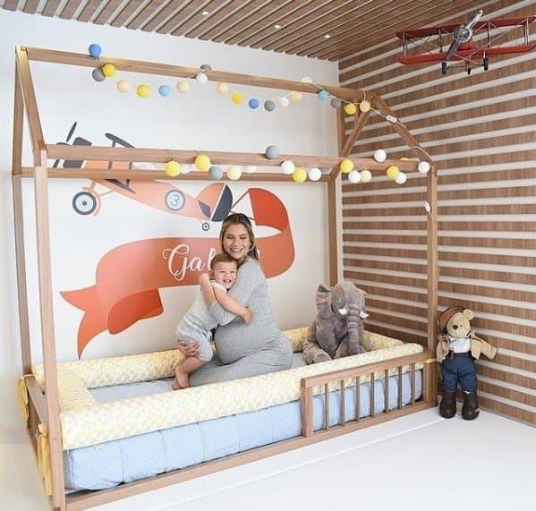 Andressa Suita com o pequeno Gabriel no seu novo quarto