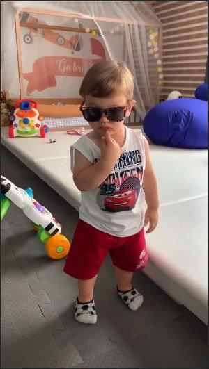 Com o óculos da mamãe Andressa Suita o menino Gabriel arrasou.