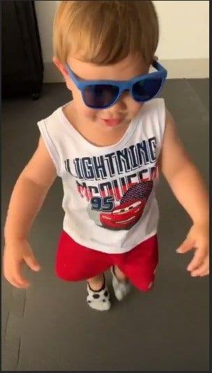 Agora o bebê Gabriel usando um óculos infantil