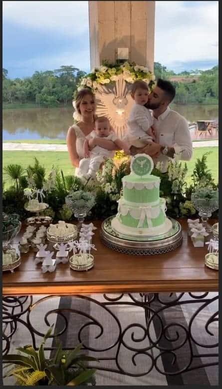 Família reunida para a foto, o bebê Samuel no colo da mamãe Andressa Suita e o menino Gabriel no colo do papai Gusttavo Lima