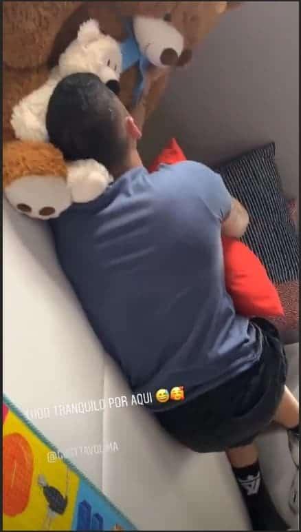 Gusttavo Lima cansado após brincar com os filhos