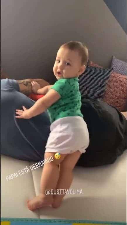 Samuel tentando acordar o papai Gusttavo Lima