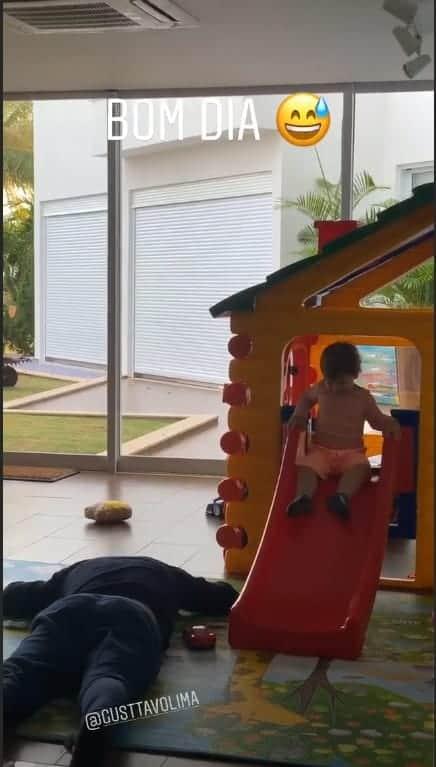 A mamãe Andressa Suita publicou a imagem do cantor Gusttavo Lima exausto enquanto o filho brincava