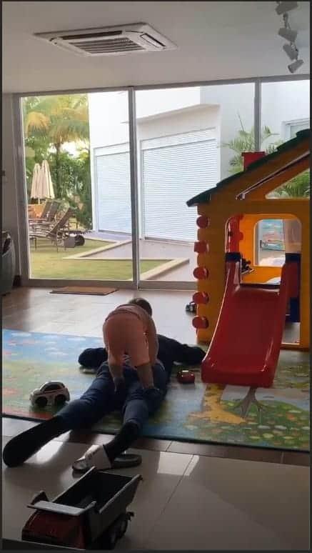 O fofo Gabriel até pulou em cima do papai Gusttavo Lima e o cantor nem se mexeu!